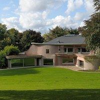 Die Villa Waldfrieden entstand zwischen 1947-1950 als Wohnhaus der Wuppertaler Industriellenfamilie Herberts und ist ein einzigartiges Beispiel organischer Architektur. Das denkmalgeschützte Bauwerk kann nur im Rahmen von Führungen besichtigt werden.