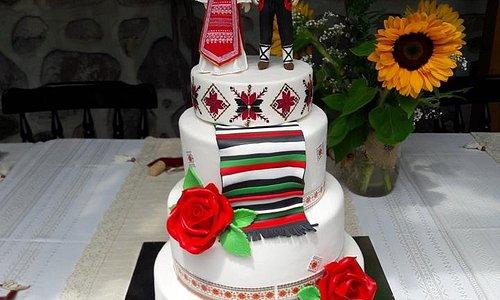 Автентичен фолклор - всички гости на сватбата,бяха облечени в носии и церемониите се изпълниха в традиционен стил