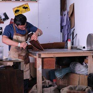 Taller de marroquinería ubicado en una de las calles más importantes del Centro Histórico de Querétaro. A través de años de trabajo, han desarrollado un estilo único y especializado. Te ofrece una experiencia creativa con artículos únicos de piel, creados para satisfacer la necesidad de cualquier cliente.