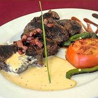 Una pequeña muestra de algunos platos que ofertamos en el restaurante y de nuestros quesos de cabra ( producción propia) . Todos nuestros productos orgánicos .