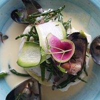 Filet d'aiglefin aux algues marines, moules de corde et purée aux jeunes oignons.