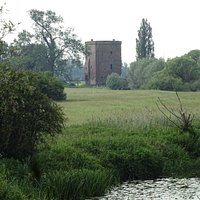 resten van kasteel De Nijenbeek aan de oever van de IJssel