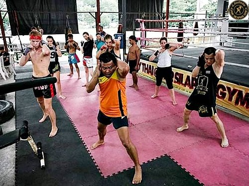 Learning from Khrue Muay Thai B-license, a trainer recognized by the Sport Authority of Thailand.