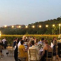 Cena nella terrazza con vista sul borgo di Trequanda e sui vigneti