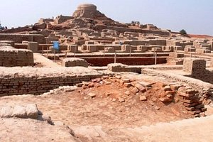 Mohenjo-darois an archaeological site in the province ofSindh,Pakistan. Built around 2500 BCE, it was one of the largest settlements of the ancientIndus Valley Civilization, and one of the world's earliest majorcities, contemporaneous with the civilizations ofancient Egypt,Mesopotamia andNorte Chico. Mohenjo-daro was abandoned in the 19th century BCE as the Indus Valley Civilization declined, and the site was not rediscovered until the 1920s.
