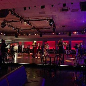 Ambiente milonguero, buenos tangos y grandes bailarines en pista en la noche del viernes . Recomendable