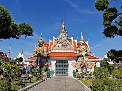Wat Arun is an ancient temple dating back to the Ayutthaya Period.There are many unique attractions andBuddha statues.