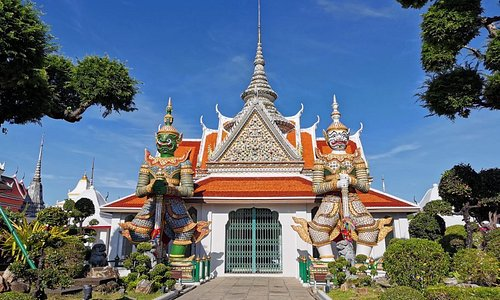 Wat​ Arun is an ancient temple dating back to the Ayutthaya Period.​There are many unique attractions​ and​Buddha statues.