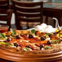 Variedade de pizzas, bordas, entradas e muito mais a sua escolha, com farinha importada da Itália e SEM USO de agrotóxico.