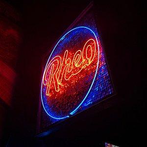 Varias fotos de las noches de Rheo en diferentes noches.