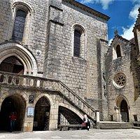 La Basilique est, parmi les 7 chapelles et le parvis, le chœur religieux de tous ces édifices