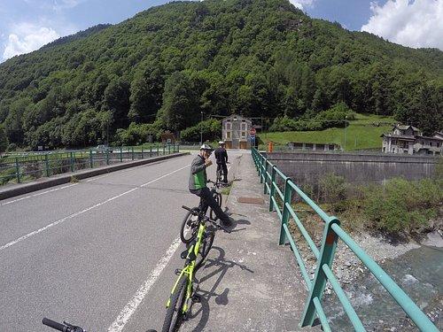 Uma rota linda que desce pelo vale de Valtelina, na região de Sondrio. Vai margeando o Rio, com pontos de cascatas que se estende por 12km. Muito bacana!