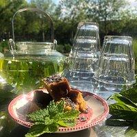 Verse verveine thee met amandel-lavendel cake