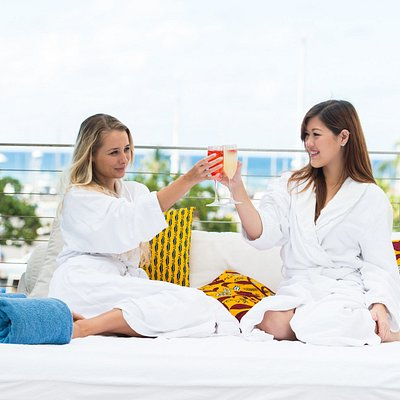 Reserve a daybed at the pool ($60 for spa guests) and enjoy Spa-Cation with your girlfriends !