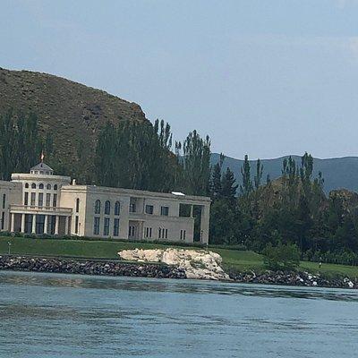 Мы были на Севане..... это нереальное озеро... голубоглазый Севан как его называют. Возил нас туда потрясающий человек Воскан ( тел +374 98 570739) , по пути он нам все рассказывал и показывал, также свозил в места , где можно купить все дешевле , чем в туристических местах! Короче , друзья, highly recommend!!!