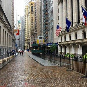 ウォール街を観光がてらブラブラしていたら、ニューヨーク証券取引所を発見。 ここもニューヨークの観光スポットです。