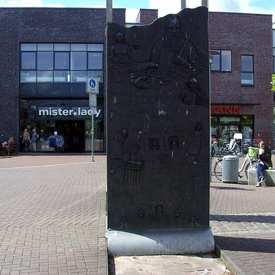 Der Brunnen, hat zwei Relief-Bildplatten, die aus der Stadtgeschichte berichten.....