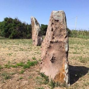 I menhir di su para (prete) e sa mongia (suora): splendidi monoliti in trachite di tipo aniconico sull'istmo di Sant'Antioco.