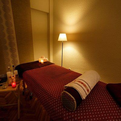 Sala de masajes en la que se realizan tratamientos naturales como Kobido ® (Lifting Natural ®) o masajes relajantes.