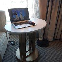 Table de travail dans une chambre du Centre des congrès de Saint-Hyacinthe, pas fort. Pas même une chaise à roulettes pour travailler.
