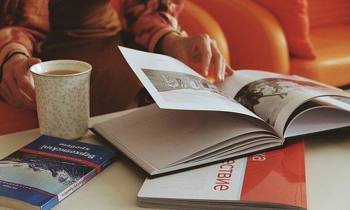 В продаже всегда имеются актуальные путеводители, карты-схемы Магадана, авторские открытки и прочие приятные сувениры.