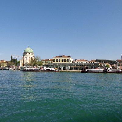 Vista geral da ilha. Destaque para o Templo Votivo della Pace di Veneza, construção com cúpula redonda à esquerda. E a torre da Igreja de Santa Maria Elisabetta.