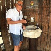 Vingården har en vinfontän! Den byggdes för att de pilgrimer som går leden från Rom till Ortona skulle kunna släcka törsten. Men den är öppen för alla. Vi bad också om vinprovning och fick då smaka en mycket speciell cherasuolo som görs på ett helt eget sätt. Värt ett besök!