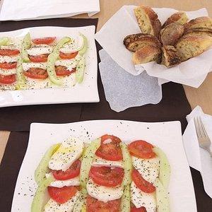Oggi Caprese Fresh... Mozzarella fiordilatte, pomodori paesani km 0, cocomeri paesani km 0, olio e origano.  Fresca e gustosa!