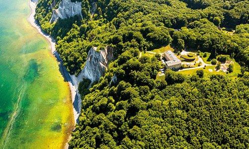 Das Nationalpark-Zentrum KÖNIGSSTUHL aus der Luft. Das beliebte Besucherzentrum befindet sich keine 100 m entfernt vom höchsten Kreidefelsen der Kreideküste - Der Königsstuhl.