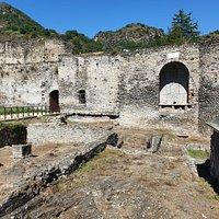 Interior y muralla del castillo