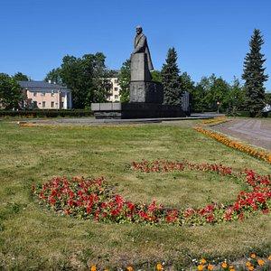 Памятник Ленину с шапкой