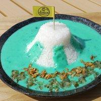 館内のカフェでは、富士山の形をした「青い富士山カレー」を販売中。