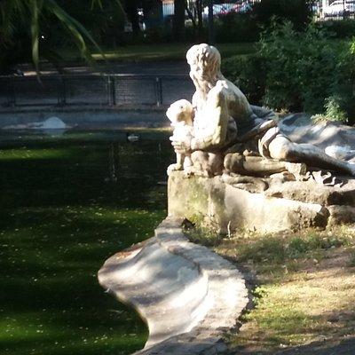 Alegoria (Escultura em lago, c/ cão)