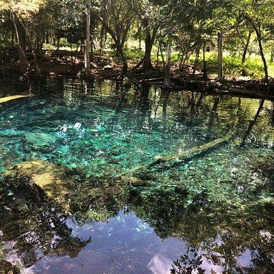 Hermoso lugar para ir de excursión. El lugar es lejos y el camino es de piedras pero vale la pena ir.   Es hermoso,  el agua es de un color impresionantemente bello.
