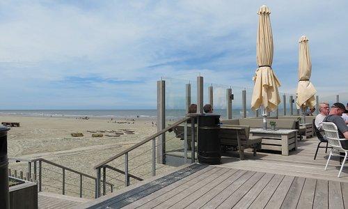 Het strand bij Nes. Een fantastische strand horecatent om lekker te genieten van de zon en je drankje.