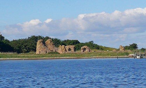 Slotø med ruin