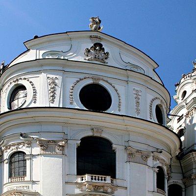 Vue de la façade principale de l'église des collégiens