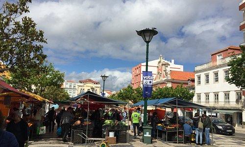 Praça da República no centro da cidade de Figueira da Foz que é utilizada para uma grande feira que atrai toda gente.
