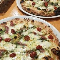 Direkt serverade ifrån kocken själv, min var inte lika bränd som min väninnas pizza var men hon nöp bort det med fingrarna. Otroligt god och saltig pizza.