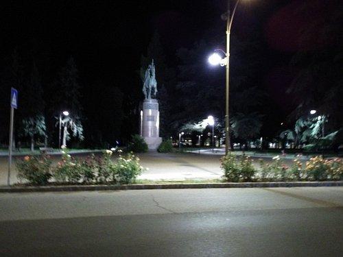 La statua ai caduti, vista di notte