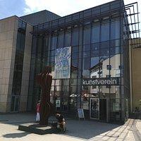 Der Marburger Kunstverein zeigt immer einmal wieder neue Skulpturen vor seinem Eingang.