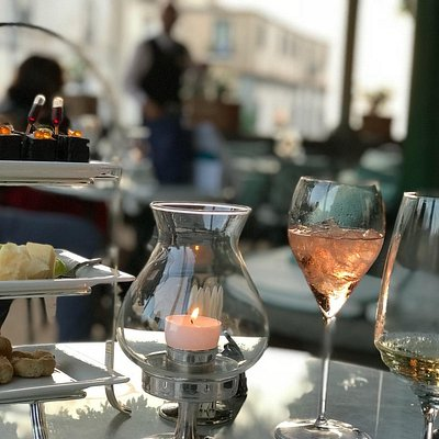 A beautiful evening at La Pergola bar à champagne