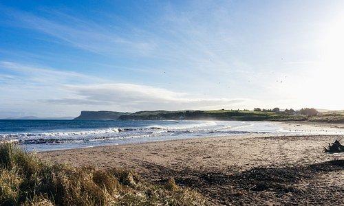 **** IRLANDA DEL NORD **** Timide mattine di sole in Irlanda. La bellissima spiaggia di Ballycastle. Non gli si darebbe un centesimo, ed invece questo è il panorama in una fredda mattina di Marzo.