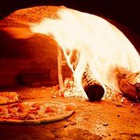 Pizzas hechas al horno de leña en Al Maccaroni. ¡Disfrútalas!
