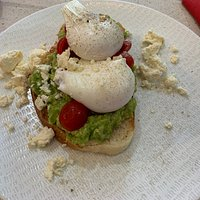 Poached eggs with smashed avocado on toast