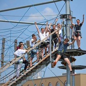 Ein Erlebnis ist der 100m lange Flying-Fox (Seilrutsche) auf 15m Höhe im Outdoor-Hochseilgarten.