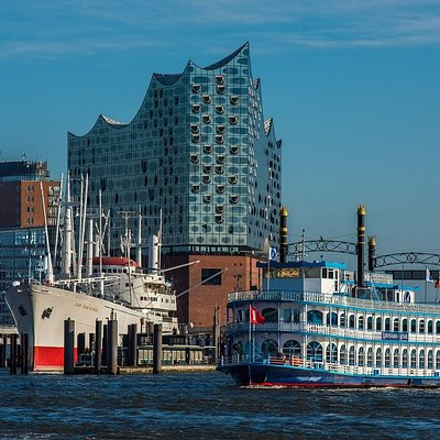 MS LOUISIANA STAR in front of the Elbphilharmonie