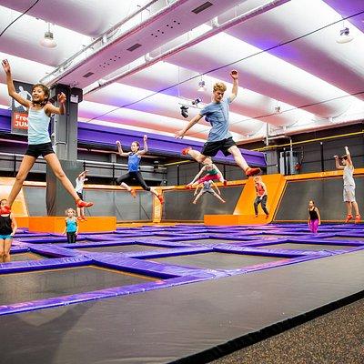 FREEJUMP - DAS HAUPTFELD IM JUMP HOUSE Das große Haupt-Trampolinfeld hat über 50 miteinander verbundene Trampoline auf einer riesigen Fläche.