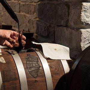 Controllo del Aceto Balsamico Tradizionale da parte del Maestro Acetiere
