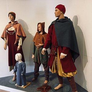 Fårø musæum er et lille musæum i samme bygning som Bergmand musæet.   Som de siger,  når man bliver modtaget : her får  an 4000 års historien på kort tid, hvilket er rigtigt.  Foran musæet er placeret et vikingeskib, som øjenfanger.   Musæet indeholder langt mere end den tidsperiode, forstås. Plancher informerer om de mange tidsperioder,  men kun vikingetiden og middelalder er illustreret med figurer og montre med kopier af de fund der er gjort.